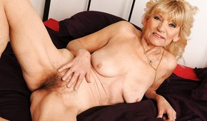 Horny mature wife nude