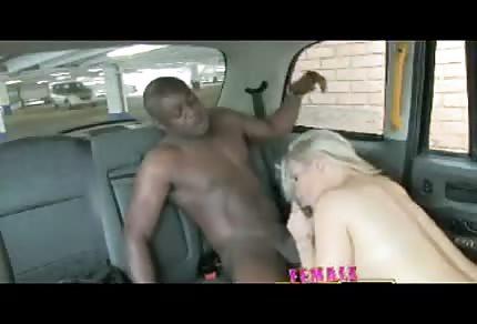 Niunia ciągnie pałkę w samochodzie