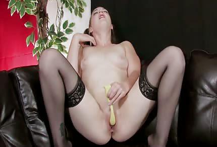 Fajnie jęczy podczas solowej masturbacji
