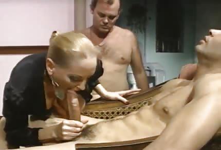 Retro kocica lubi analny seks