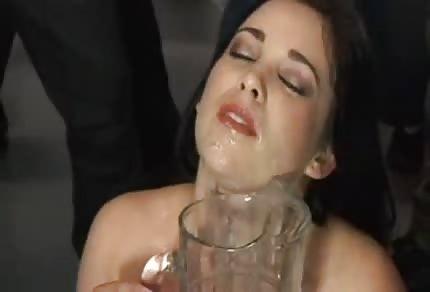 Amy Starz wypija kielonki spermy