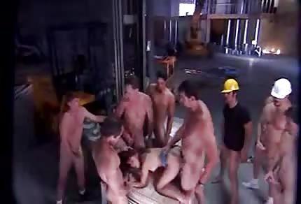 Grupowe bzykanko na budowie