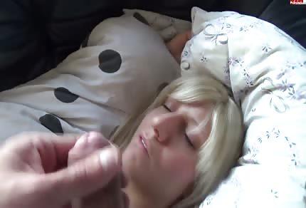 Walenie konia przy śpiącej blondynce