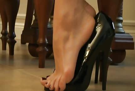 Podnieca swoimi stopami