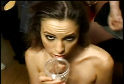 Amber Rayne wypija spermę wielu facetów