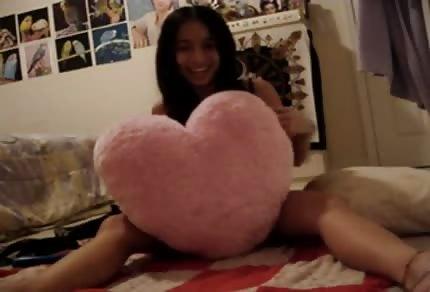 Młoda Tajka wyskakuje z ciuszków na łóżeczku
