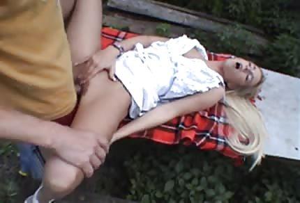 Seks piknik z blondi w lesie