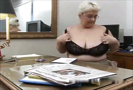 Babcia z wielkimi cycami dorabia na emeryturze