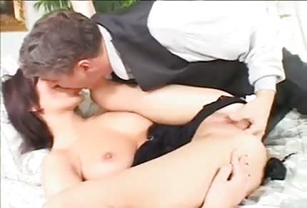 Brunetka w szpilkach lubi analny sex