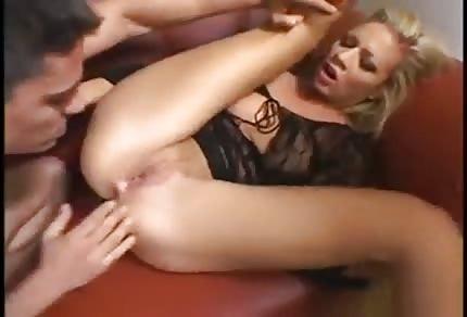Blondyneczka na czerwonej sofie dostaje anala