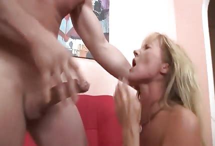Blondyneczka ostro wydymana w usta