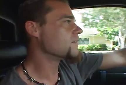 Młody kogut zabawia się z mamcią w limuzynie