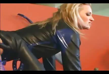 Perverse Blondine hat ihren Sklave
