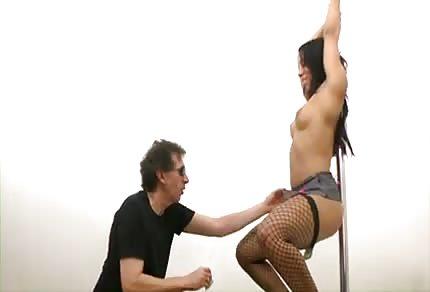 Brünette tanzt für ihn