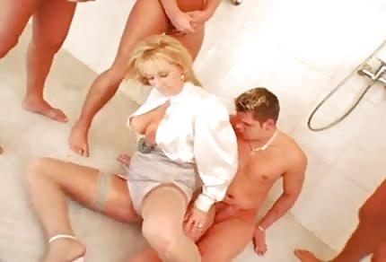 Blondyna lubi grupowe zabawy