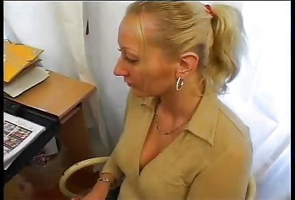 Niemiecka blondi- amatorka wyruchana na sofie