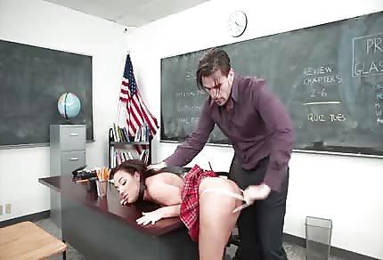 Amara Romani wyruchana przez nauczyciela