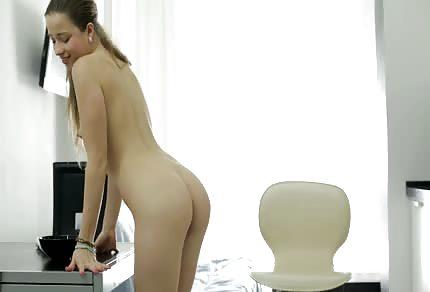 Ola pokazuje mokrą pipkę na krzesle i daje pokaz swojego naturalnego, młodego ciałka