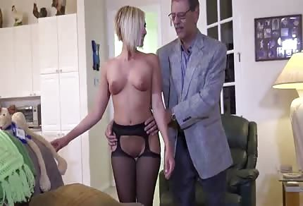 Dziewczyna przyjmuje starego pryka w swoim kurwidołku