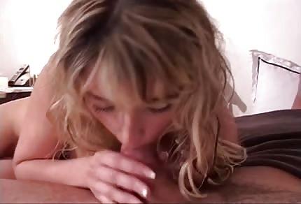 Blondine zeigt ihre Stärke