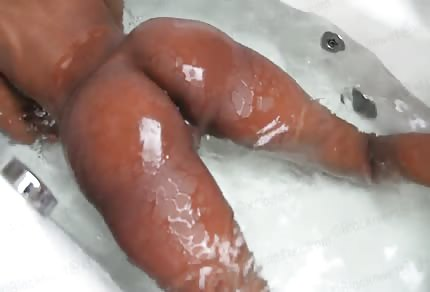 Czarna duża czekoladowa dupka w wannie