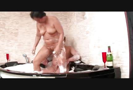 Mama pieprzy się w wannie