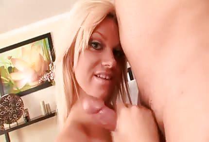 Sie zeigt ihre rasierte Muschi