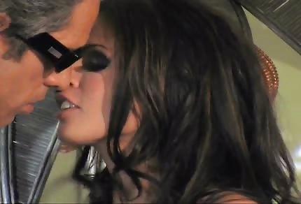Piękna brunetka ujeżdża swojego kochanka