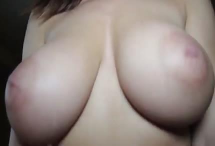 Amatorka z seksownymi naturalnymi cycuchami