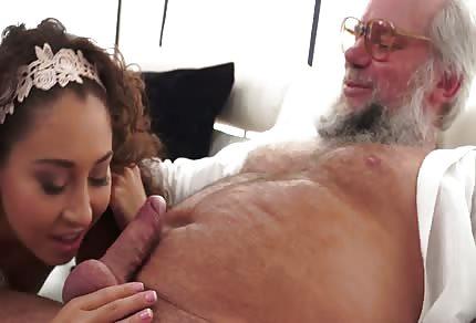 Stary brodacz wylizał jej młodą picze