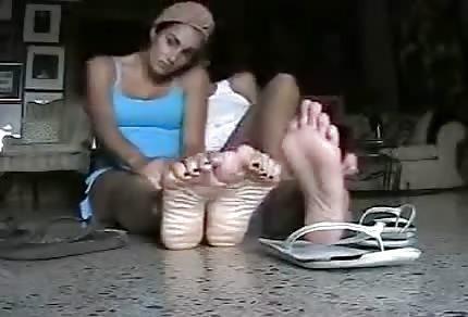 Zabawiają się nogami