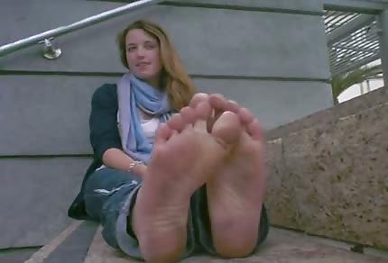 Na schodach pokazała swoje brudne stopy