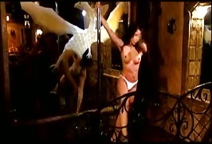 Taniec na rurze gorącej striptizerki
