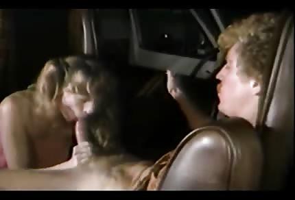 Blondynka wydymana na tylnej kanapie