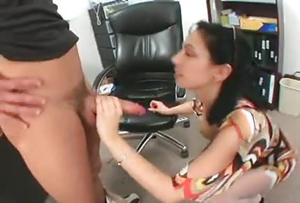 Seksowna mamuśka ma ochotę na młodego kochanka