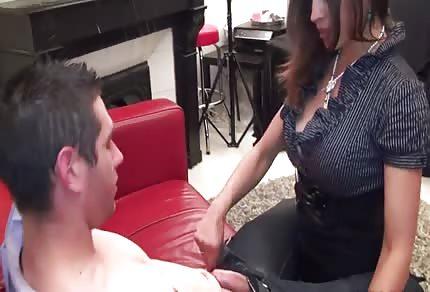 Gorąca mamuśka i jej młodszy kochanek