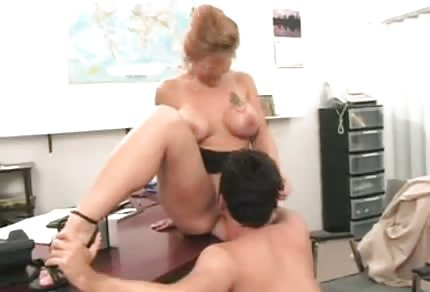 Mamuśka oddaje się młodemu szefowi