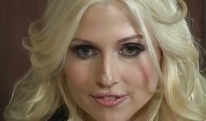 Bardzo gorąca blond sekretarka