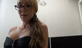 Wyuzdana sekretarka w seksownej bieliznie