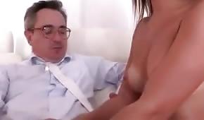 Koleś powoli rozpina jej koszule i dotyka biustu