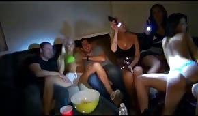Pijane laski pokazują cycki na imprezie