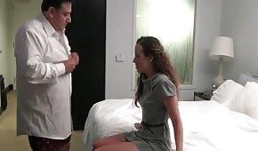 W hotelu spotyka się z szefem na intymnych spotkaniach