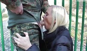 Wojskowy facet z dobrą lodziarą