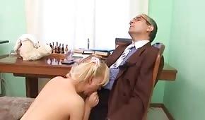 Er spielt mit ihren spitzen Titten