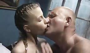 Łysy i jego młoda kochanka dogadzają sobie w łóżku
