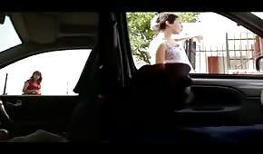 Gościu kursuje autem po mieście i wali sobie konia