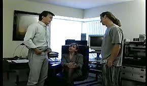 W biurze dobrze zabawiają się na dwa baty z brunetką