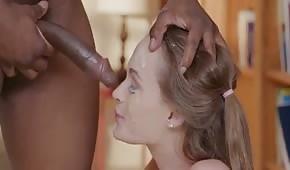 Wytrysk spermy na twarz młodej laski