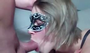 Dziewczyna w masce genialnie ssie