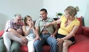 Seks rodzinka znalazła przyjemny sposób na spędzanie wspólnie czasu